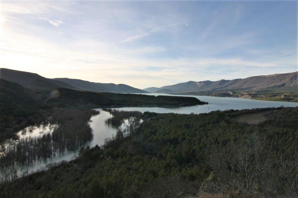 Blick vom verlassenen Dorf Ruesta auf den Yesa Stausee.