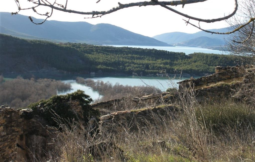Blick vom verlassenen Dorf Ruesta auf den Yesa Stausee. Der Stausee liegt in Aragonien, im Norden Spaniens.