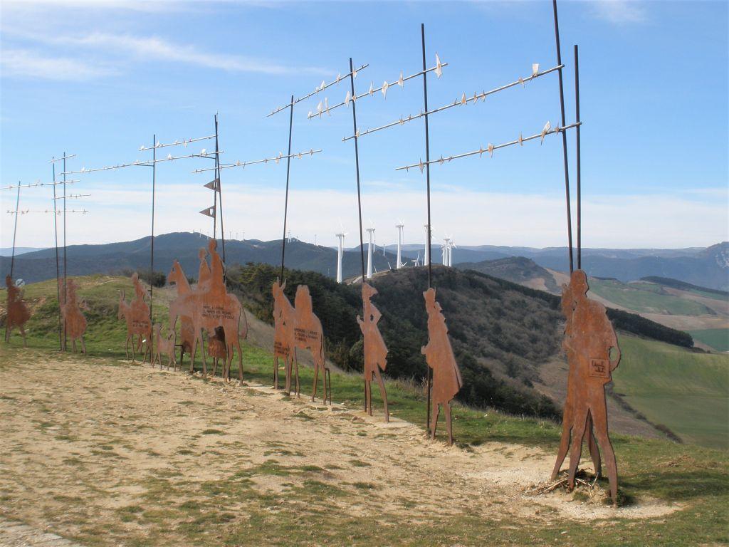Pilgermonument auf der Sierra del Perdón mit Windraedern im Hintergrund