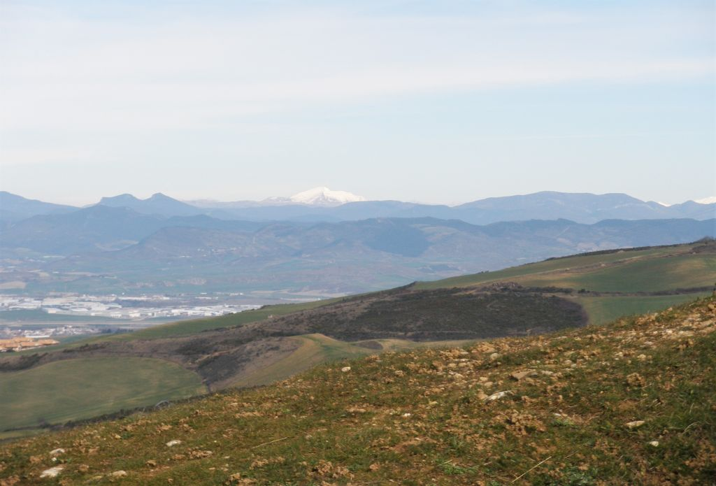 Landschaft mit Blick auf die schneebedeckten Gipfel der Pyrenaeen vom Alto del Perdón aus gesehen