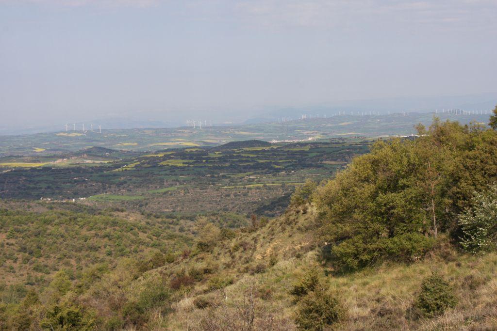 Landschaft mit Windraedern vom Alto del Perdón aus gesehen