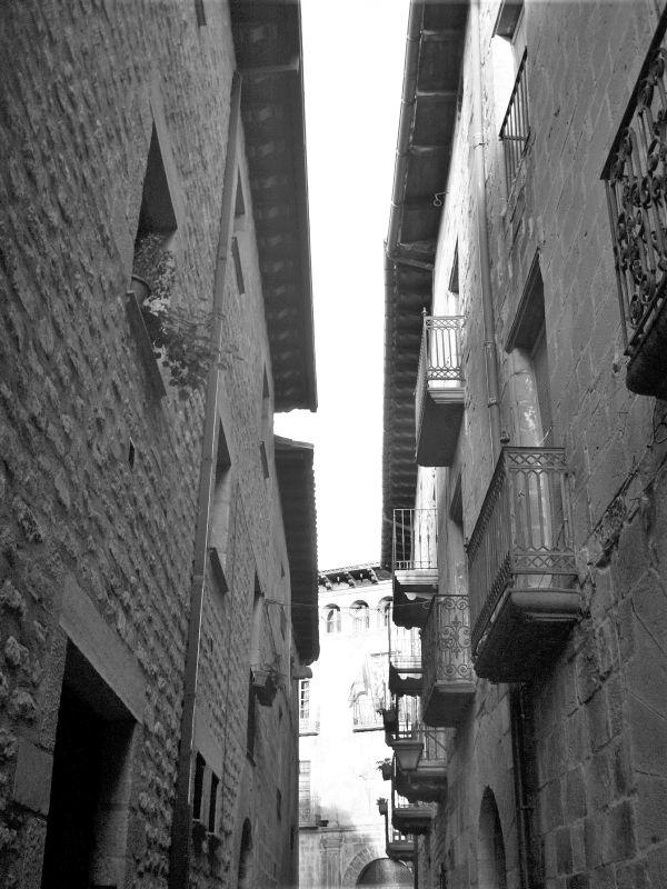 enge Altstadtgasse mit schmiedeeisernen Balkonen in Sos del Rey Católico in Aragón