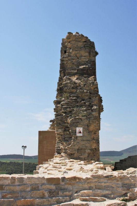 Mauerrest der Burgruine in Tiebas Muruarte de Reta