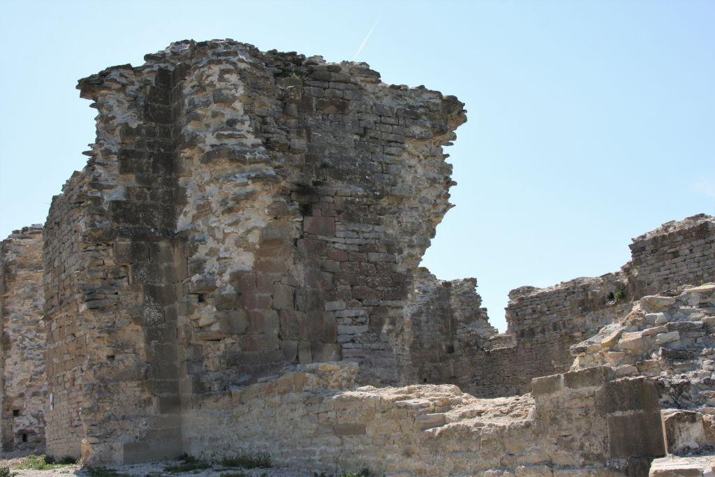 Ruinen des gotischen Palastes von Teobaldo II. in Tiebas Muruarte de Reta