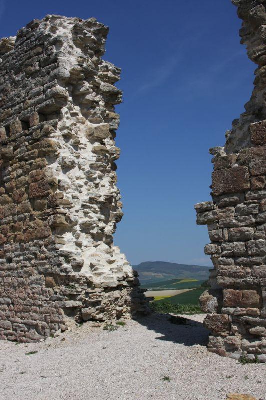 Blick von der Festungsruine in Tiebas Muruarte de Reta auf die Sierra del Perdón