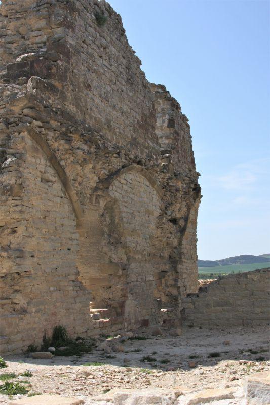 Ruine eines gotischen Saales des Koenigspalastes in Tiebas Muruarte de Reta, Navarra