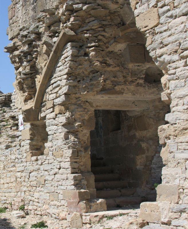 Ueberreste eines gotischen Eingangs der Koenigsresidenz in in Tiebas Muruarte de Reta in Navarra