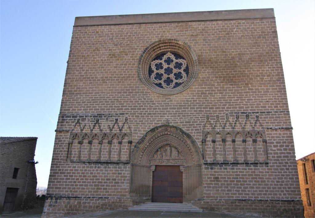 Frontansicht der Wehrkirche San Saturnino in Artajona mit der riesigen Rosette
