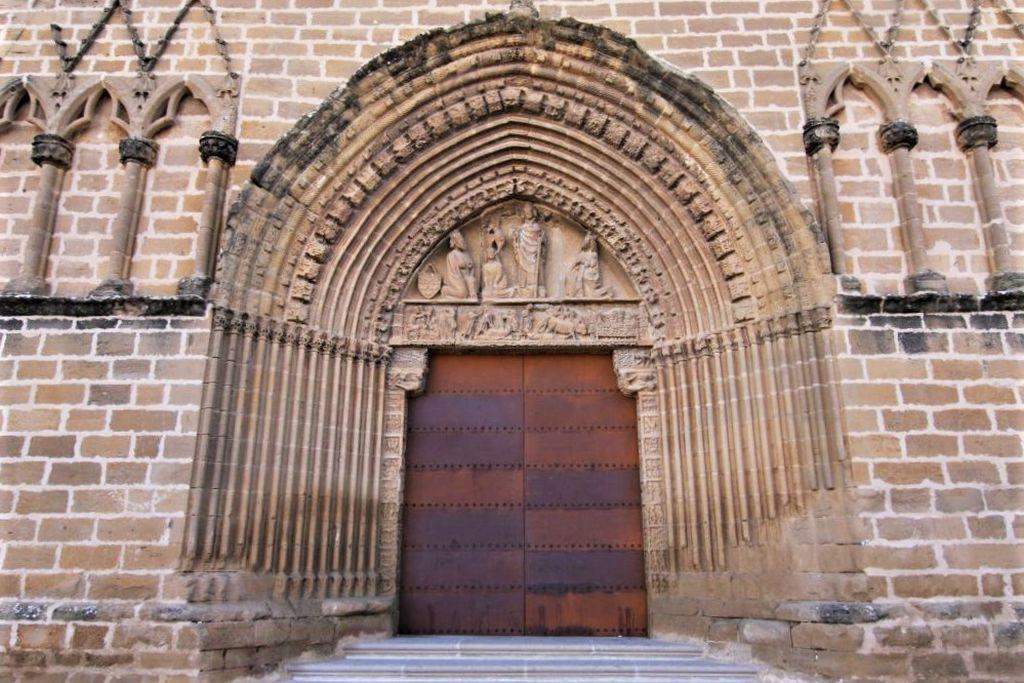Portal der Wehrkirche San Saturnino in Artajona. Die Bogenfelder neben dem Portal sind leer.