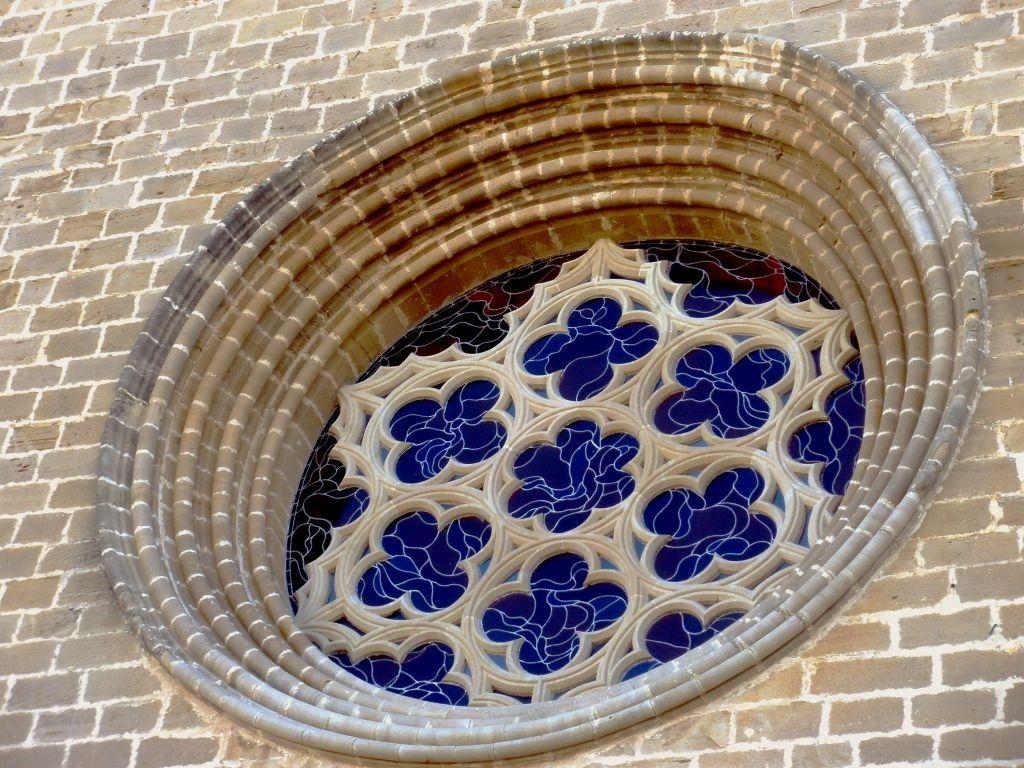 Wunderschoen verzierte Rosette der Wehrkirche San Saturnino in Artajona