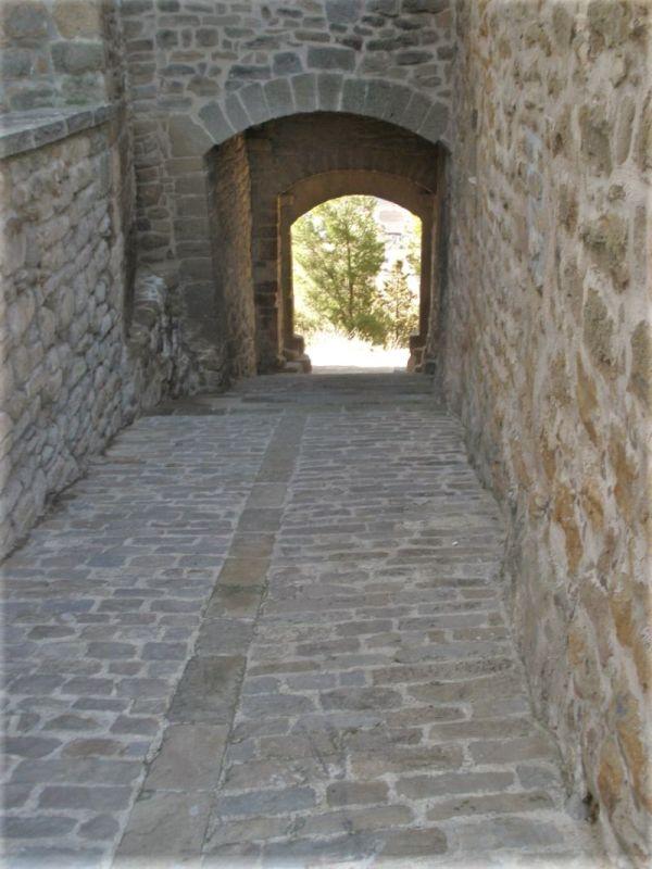 mittelalterliche Kopfsteinpflaster-Gasse in Artajona