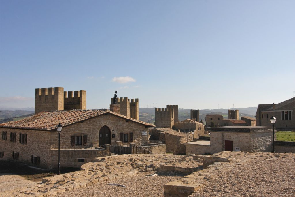 Blick vom ehemaligen Donjon auf die umliegenden Haeuser und die Wehrtuerme von Artajona