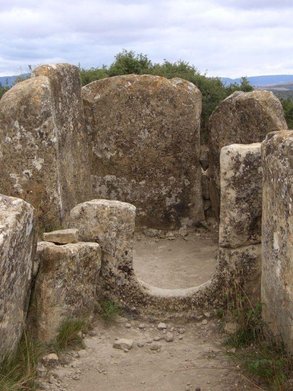 Megalithische Dolmen Portillo de Eneriz in der Naehe von Artajona