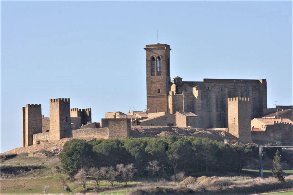 Die Festungsanlage El Cerco von Artajona mit der Kirche San Saturnino