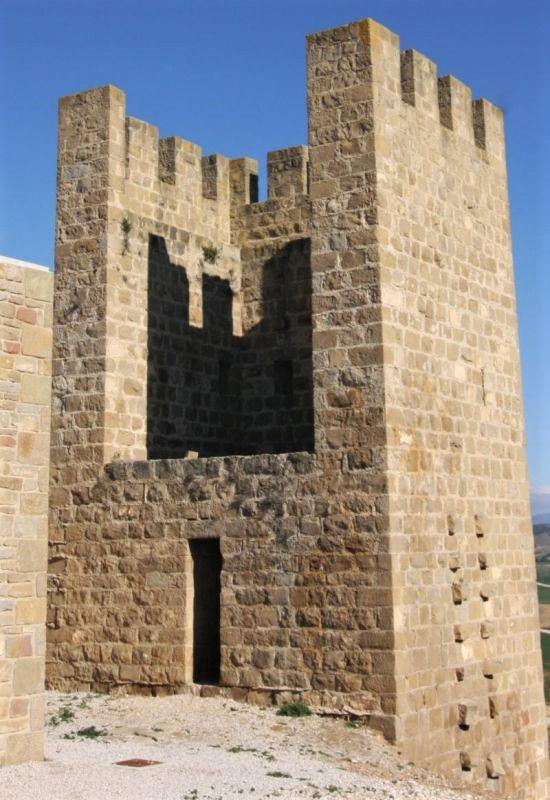 Ein nach innen offener Wehrturm des Festungsrings El Cerco von Artajona