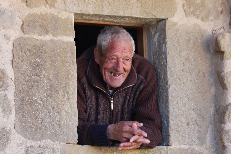 Artajonas aeltester Bewohner haelt aus seinem Fenster Ausschau nach Besuchern