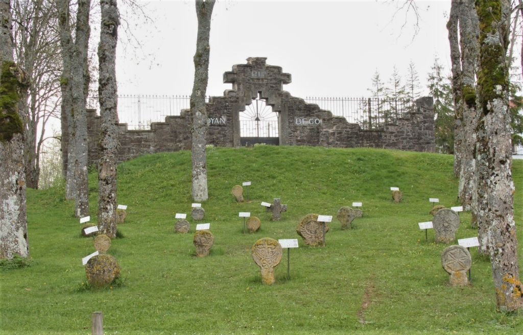 diskusfoermige Begraebnisstelen vor dem Friedhof von Aurizberri-Espinal