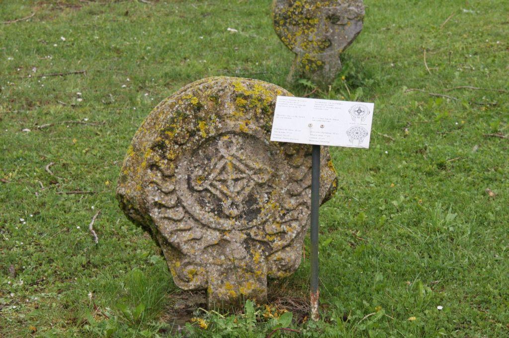 diskusfoermige Begraebnisstele vor dem Friedhof von Aurizberri-Espinal