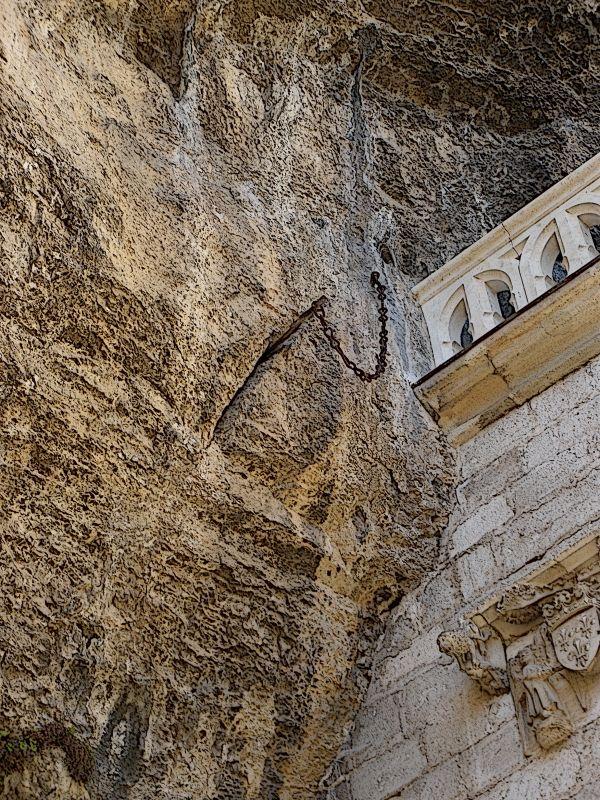 Durandart, das Schwert des Ritters Roland im Felsen der Kathedrale von Rocamadour