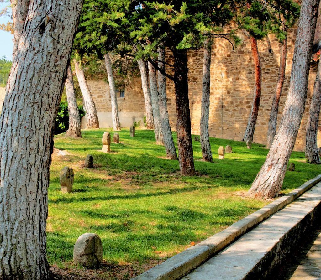 mittelalterliche diskusfoermige Grabstelen in der Naehe der Burg Javier in Navarra, Spanien