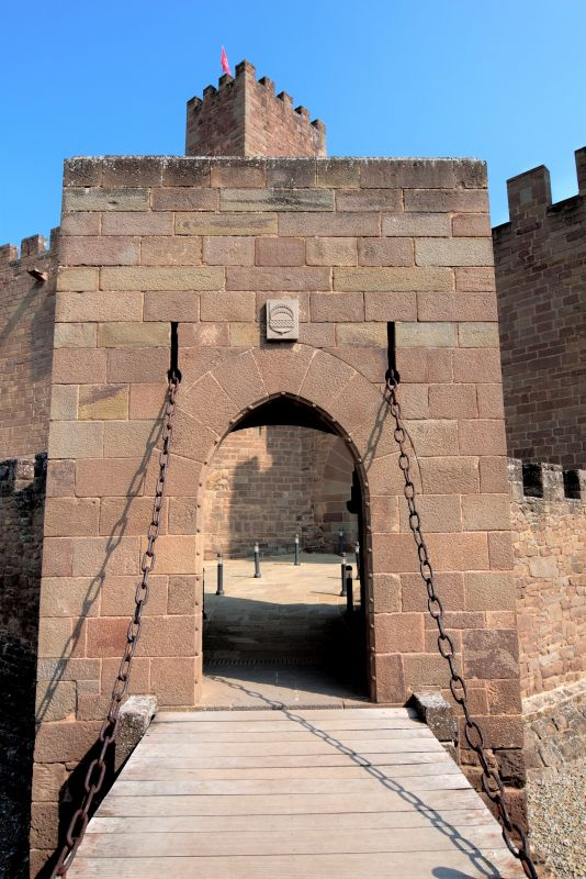 Zugbruecke und Eingang zur Burganlage von Javier