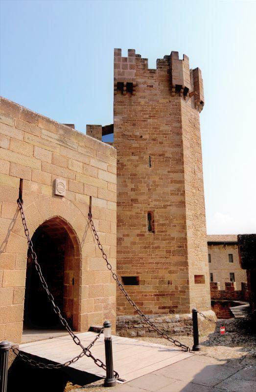 Eingang mit Zugbruecke des Castillo de Javier in Spanien