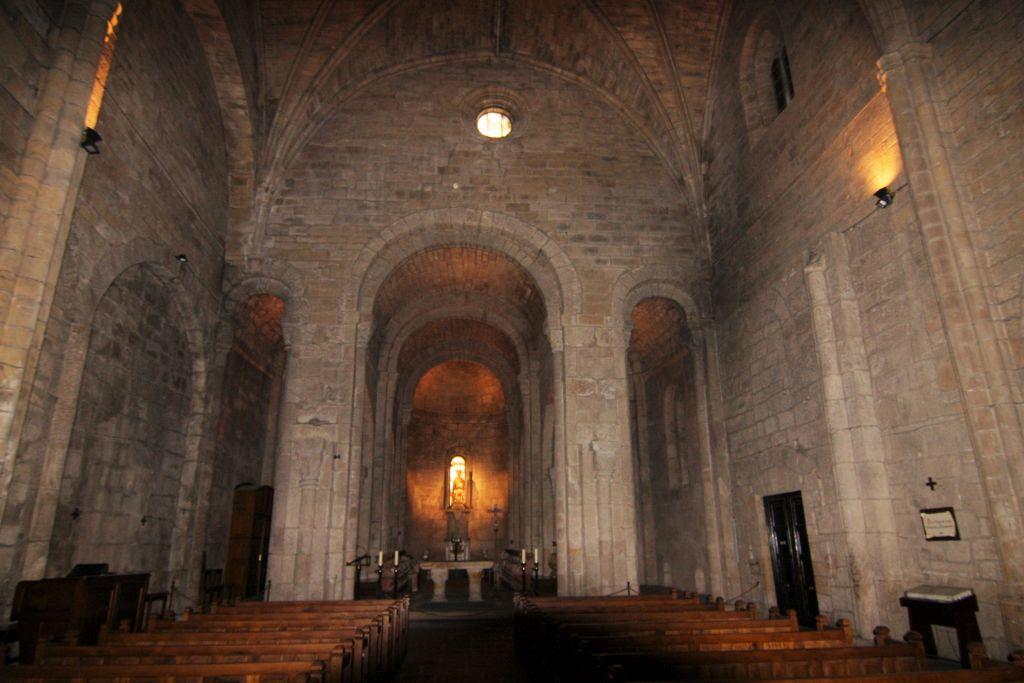 Innenraum der Klosterkirche San Salvador de Leyre, Navarra