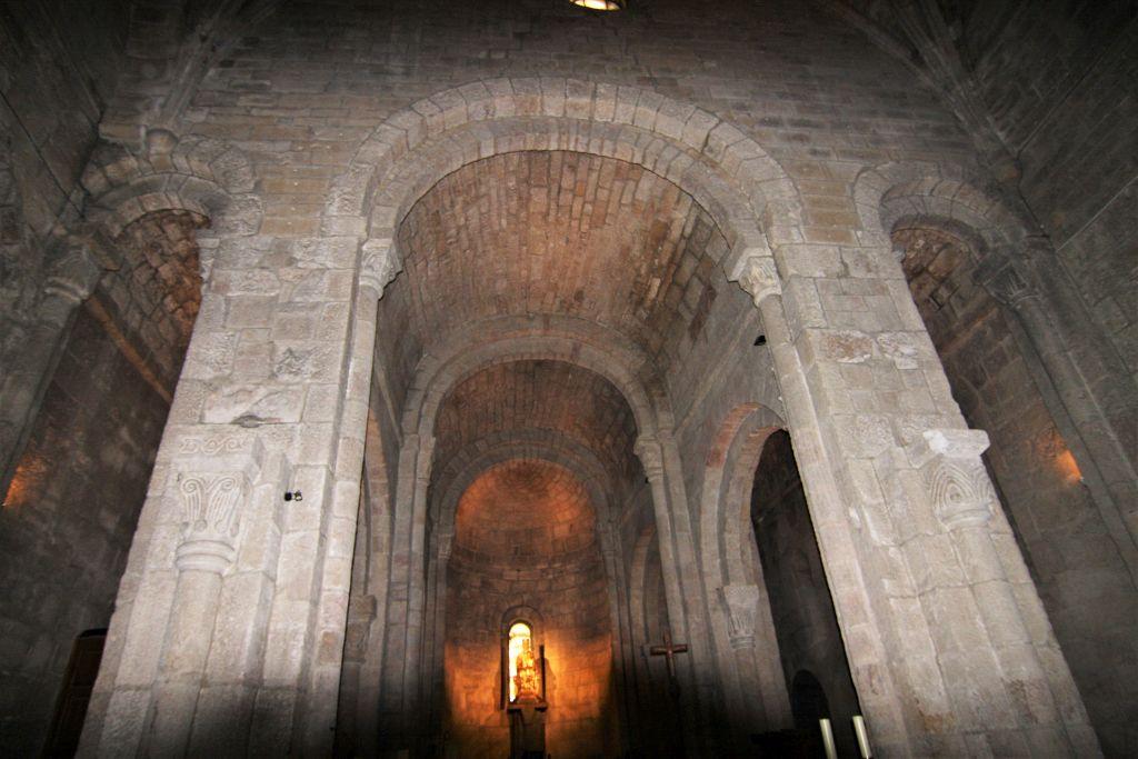 Mittelschiff und Chorraum der Klosterkirche San Salvador de Leyre, Navarra