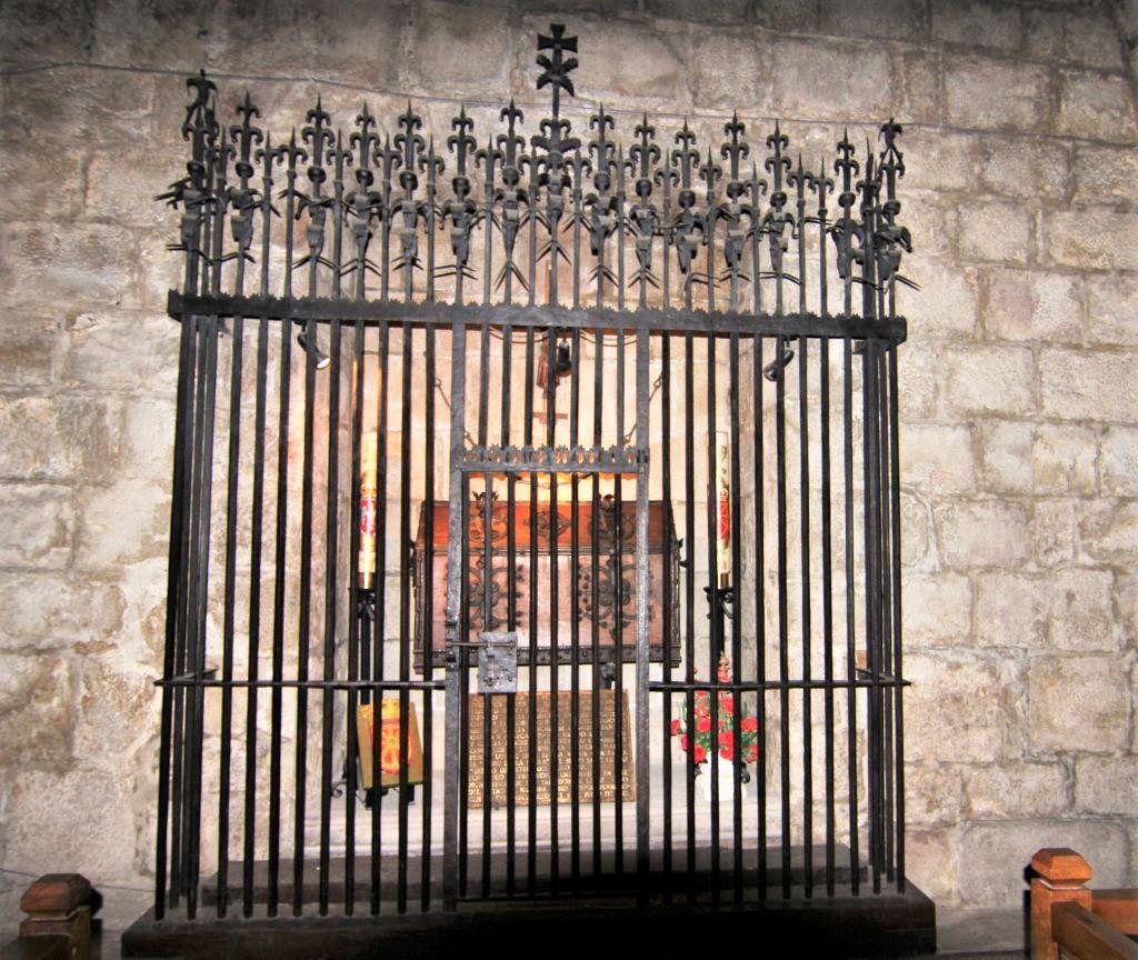 Schrein mit den Ueberresten der im Kloster Leyre begrabenen Könige von Navarra