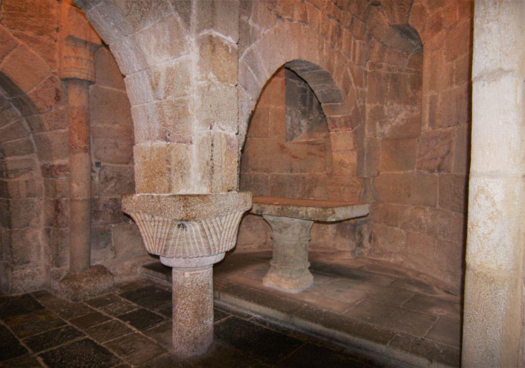 Krypta mit Steinaltar in San Salvador de Leyre, Spanien