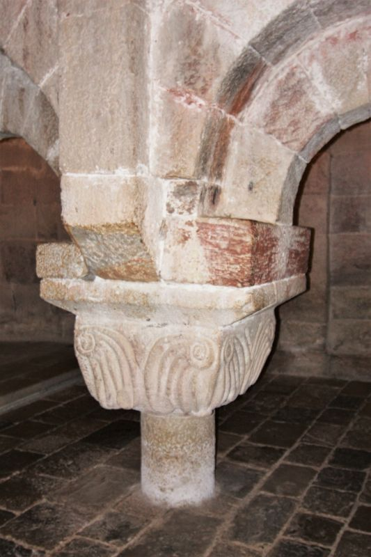 Arkadenbogen in der Krypta in San Salvador de Leyre, Navarra