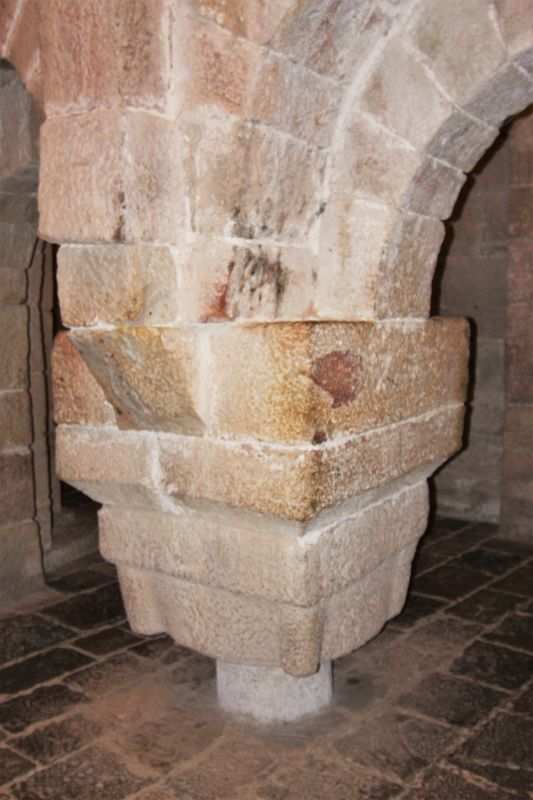 rmassiver Pfeiler der romanischen Krypta in San Salvador de Leyre, Navarra
