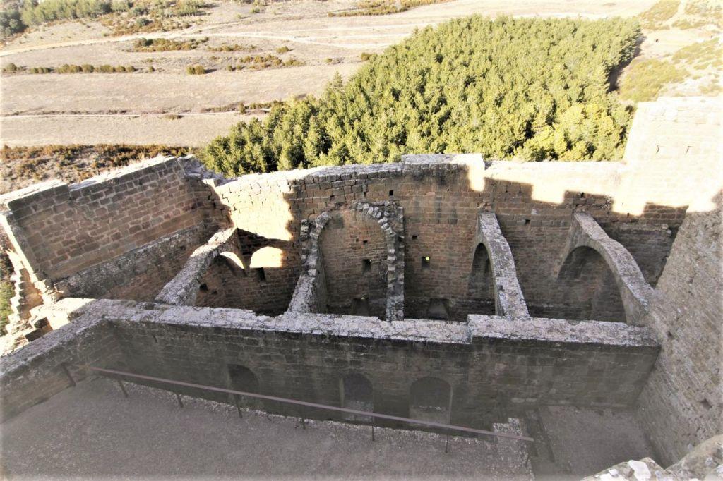 Blick auf die Ruinen der ehemaligen Soldatenunterkuenfte bzw. den Schlafsaal der Moenche der Hoehenburg Loarre