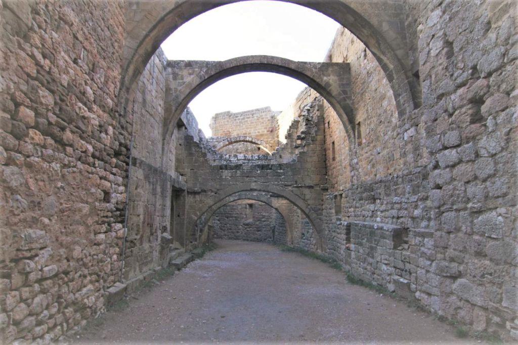 Blick auf die ehemaligen Pferdestaelleder Hoehenburg Loarre. Das Gewoelbe ist nicht mehr vorhanden.