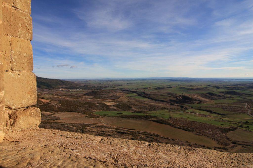 Blick vom Fenster der Koenigin der Hoehenburg Loarre. in die Ebene von Huesca