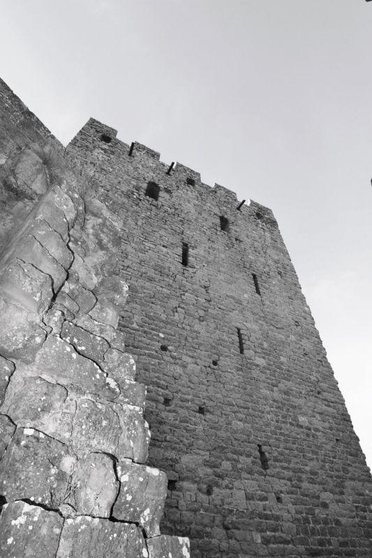 der hochaufgeschossene Donjon der Hoehenburg Loarre