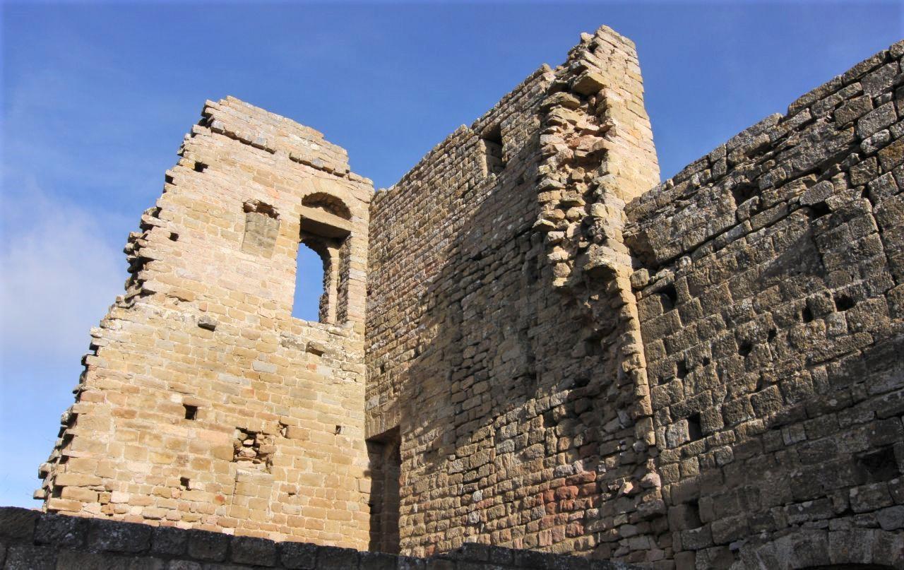 Ruinen des 5-stoeckigen Bergfrieds der Hoehenburg Loarre in Aragón