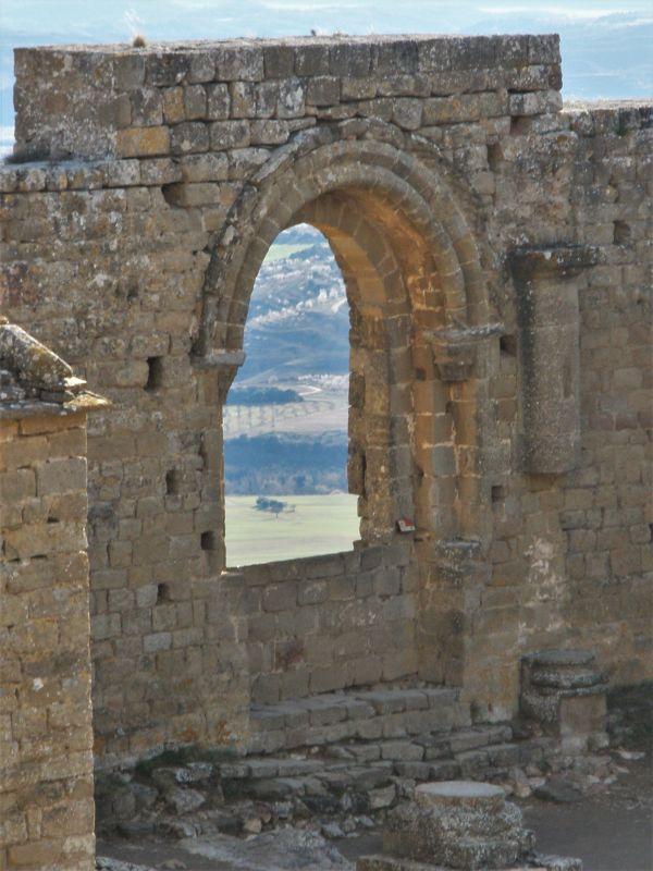 Fenster der Koenigin auf der Burgruine von Loarre
