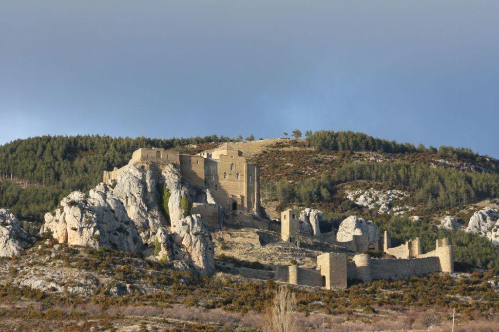 Das Castillo de Loarre in der Provinz Huesca in Aragon, Spanien vor dem Felsmassiv der Sierra de Guara