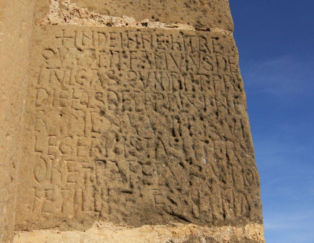 Inschrift des Steinmetz Tuglas am Eingang zur Hoehenburg Loarre