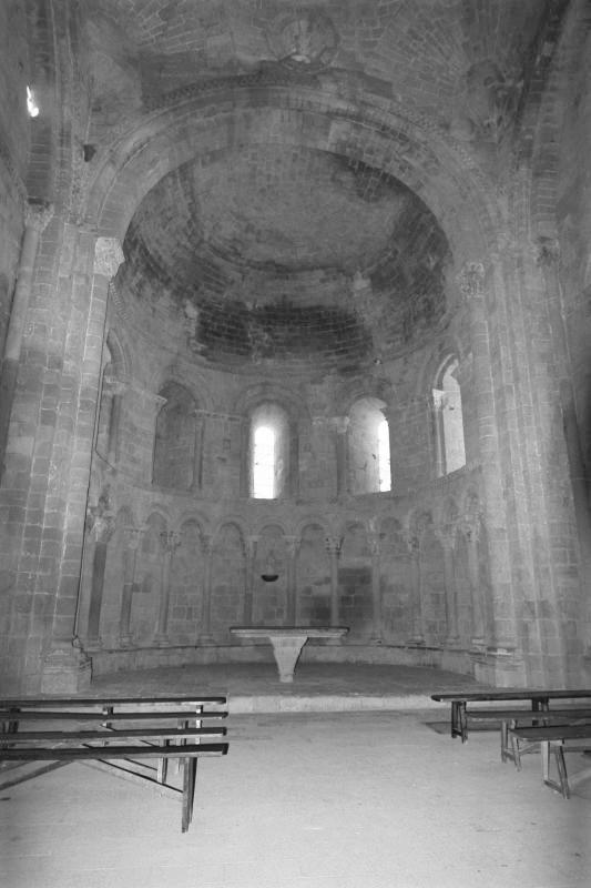 Blick in den Chrorraum der San Pedro Kirche auf der Hoehenburg Loarre