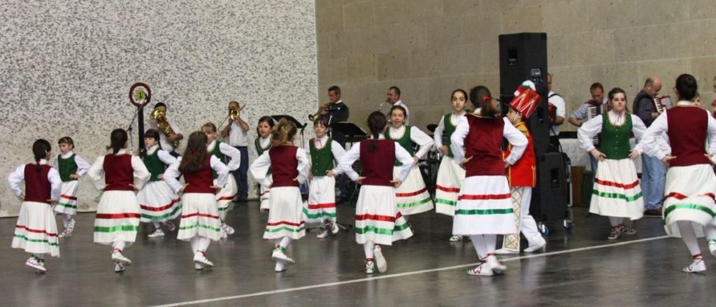 Bolantes bei der Vorfuehrung eines traditionellen baskischen Tanzes