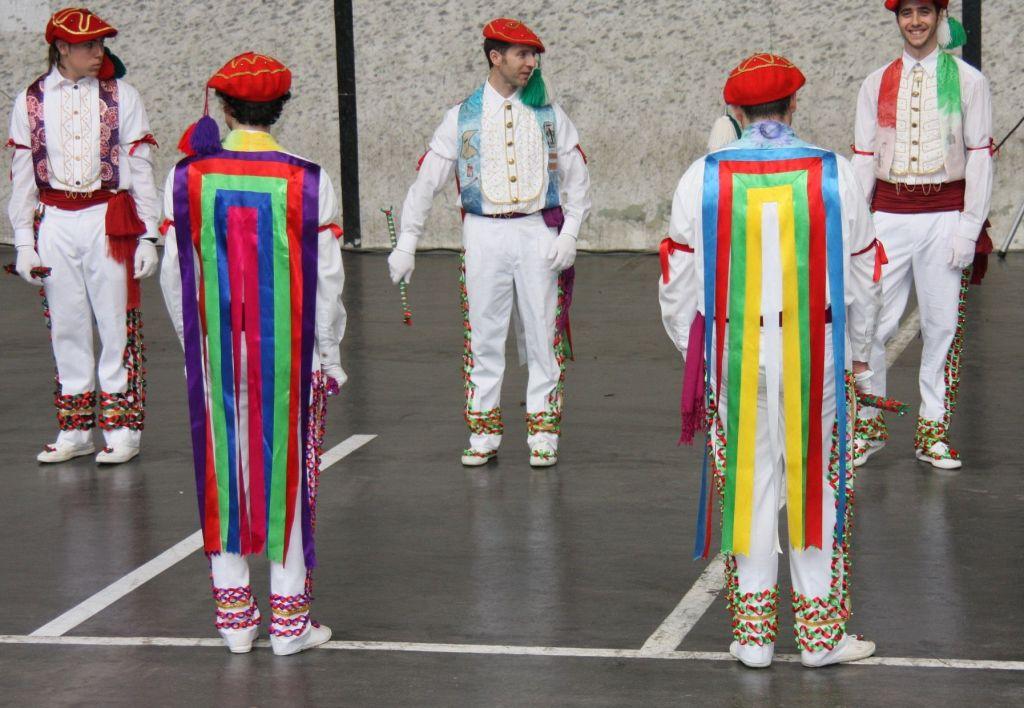 Bolantak, traditionelle Tanzgruppe aus den spanischen Pyrenaeen in farbenfrohem Outfit