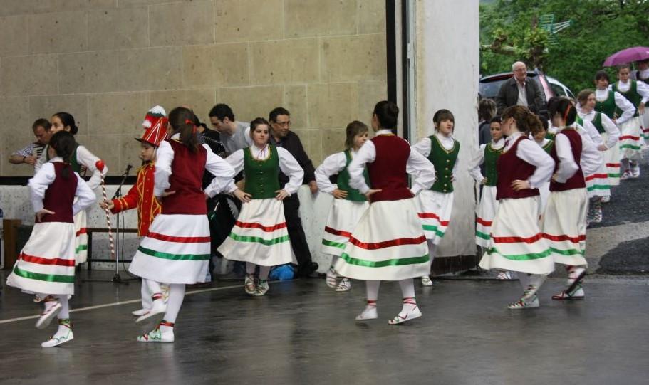 Tanzende Nexkatoak mit roten oder gruenen Westen und weißen Roecken