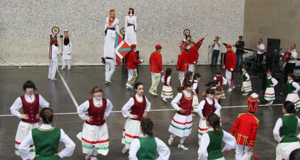 Tanzvorfuehrung der Los Bolantes in Luzaide Valcarlos