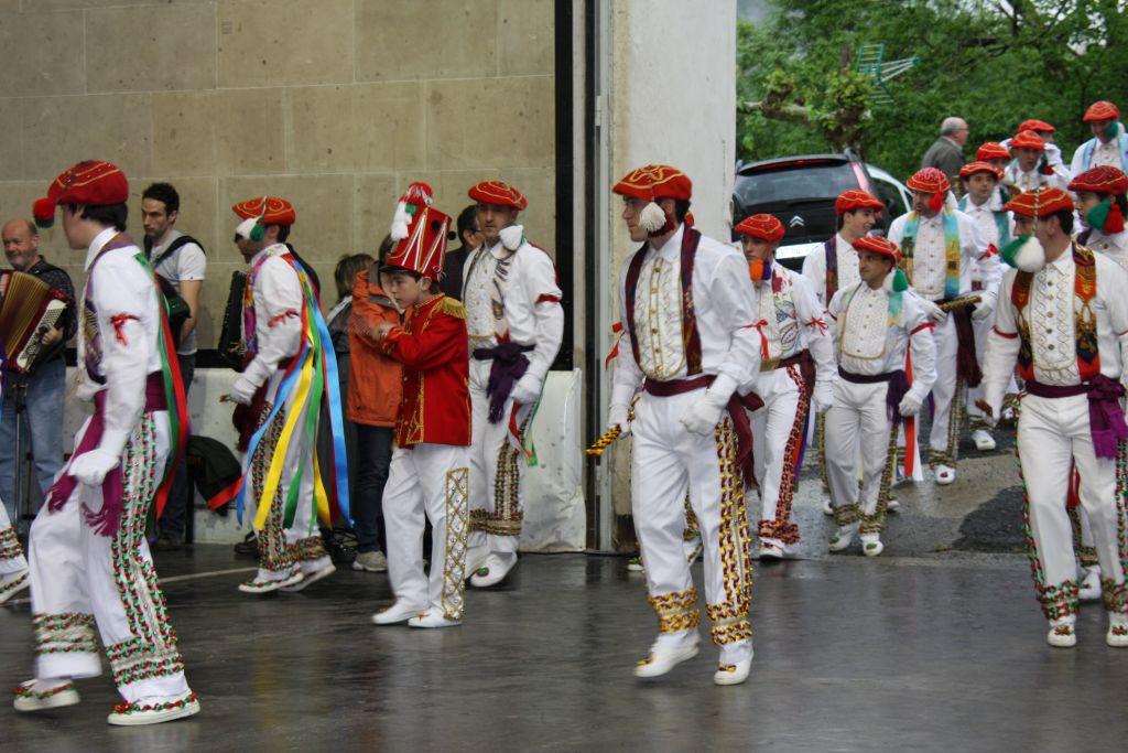 Bolantak, Taenzer aus Luzaide-Valcarlos in ihren farbenfrohen Kostuemen mit roten Baskenmuetzen