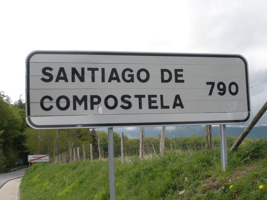 Straßenschild mit Entfernungsanzeige nach Santiago de Compostela