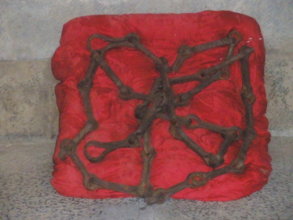 Eisenketten auf rotem Kissen als Symbol des Wappens von Navarra