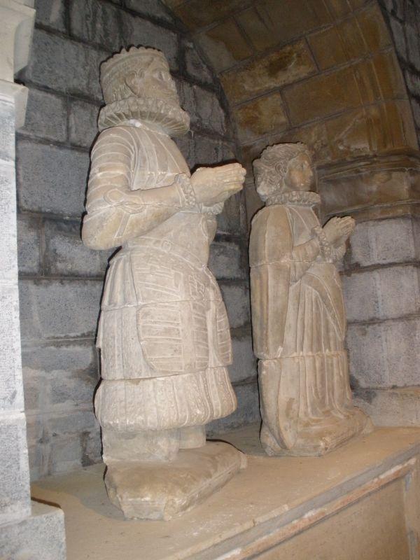 koenigliche Grabfiguren in der Stiftskirche von Roncesvalles