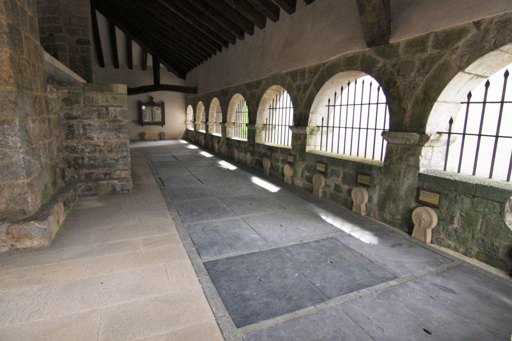 Arkadengang mit Steinkreuzen in der Kapelle des Heiligen Geistes in Roncesvalles